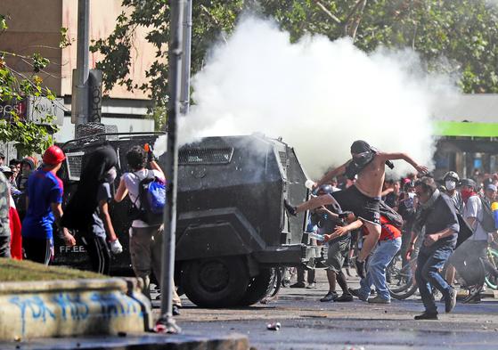 지난 6일부터 시작된 칠레 반정부 시위로 31일까지 18명이 사망하고 7000여명 이상이 체포됐다. 칠레 정부는 19일 수도 산티아고에만 발령됐던 비상사태와 야간 통행금지를 10개 주요 도시로 확대했다. [로이터=연합]