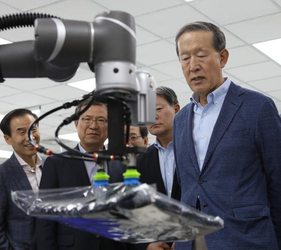 허창수 GS그룹 회장이 지난달 30일부터 이틀간 대만에서 열린 사장단회의에 참석해 대만 혁신 기업인'TM로봇'을 방문하고 로봇 시연을 관람했다. [사진 GS]