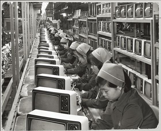 삼성전자는 1972년 흑백 TV를 처음 생산했다. [사진 삼성전자]