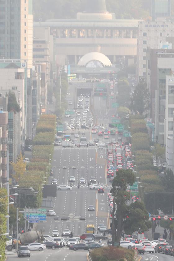 서울, 경기, 강원을 비롯한 대부분 지역의 미세먼지 농도가 '나쁨 수준을 보이는 31일 오후 서울 서초구 반포대로가 뿌옇다. [뉴스1]