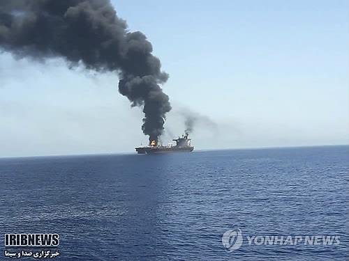 지난 6월 13일(현지시간) 오만해상에서 일본 관련 유조선이 불에 타며 검은 연기를 내뿜고 있는 모습. [AP=연합뉴스]