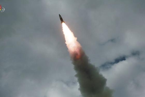 사진은 조선중앙TV가 지난 8월 17일 공개한 발사 현장으로 '북한판 에이태큼스'로 불리는 단거리 탄도미사일이 표적을 향해 비행하고 있다 . [조선중앙통신]