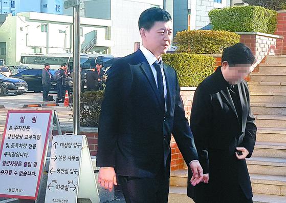 문재인 대통령 아들 준용 씨가 30일 빈소가 마련된 부산 남천성당으로 들어가고 있다. [뉴스1]