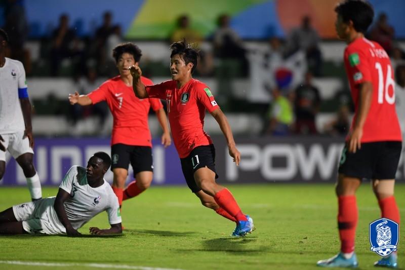 31일 프랑스와 17세 이하 월드컵에서 골을 터트린 한국 정상빈(가운데). [사진 대한축구협회]