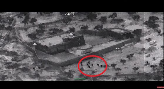 지난 25일 미군 특공대가 알 바그다디가 은신한 것으로 추정되는 건물에 접근하고 있는 모습. [사진 미국방부]