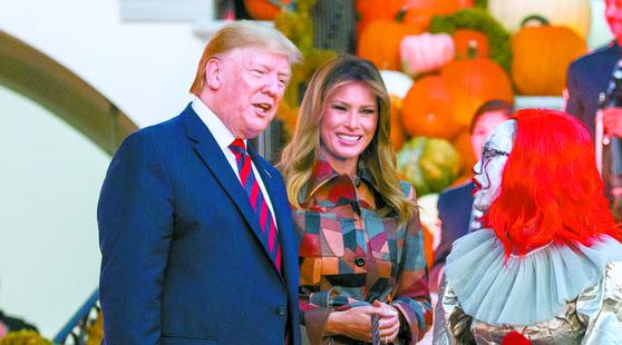 도널드 트럼프 미국 대통령이 부인 멜라니아 여사와 함께 지난달 28일(현지시간) 백악관 핼러윈 행사에 참석해 발언하고 있다. [AP=연합뉴스]