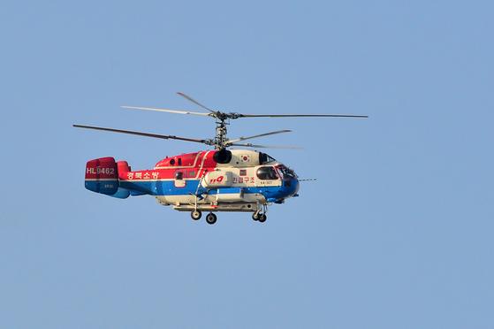독도 소방헬기 추락사고와 관련 포항공항에 대기 중이던 경북소방본부 구조헬기가 사고 현장으로 투입되고 있다. [뉴스1]