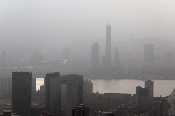 서울 곳곳에 미세먼지 농도가 '나쁨' 수준을 보이고 있는 31일 오후 서울 도심 하늘이 뿌옇게 보이고 있다. [뉴스1]