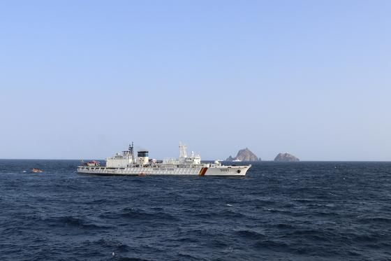 해경이 독도 해상 소방헬기 사고가 발생한 곳 근처를 수색하고 있다. [사진 해양경찰청]