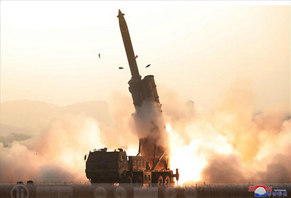북한이 지난달 31일 초대형 방사포 시험사격을 성공적으로 진행했다고 조선중앙통신이 1일 보도했다. 중앙통신이 홈페이지에 공개한 시험사격 사진. [연합뉴스]
