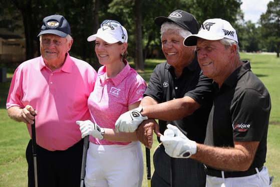지난 5월 미국 텍사스에서 열린 열린 한 이벤트 대회에 아니카 소렌스탐(왼쪽 둘째)이 잭 니클라우스(왼쪽), 리 트레비노(오른쪽 둘째), 게리 플레이어(오른쪽)와 포즈를 취하고 있다. [AFP=연합뉴스]