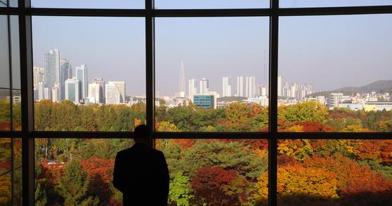 1일 오후 서울 서초구 더케이호텔에서 바라본 서울시내가 단풍으로 물들어 있다. [뉴스1]