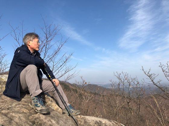 문재인 대통령이 설 연휴인 4일 경남 양산 대운산에 올라 전경을 바라보고 있다. [청와대]