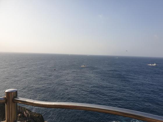11월 1일 함정과 어선, 헬기 등이 전날 독도 해상에 추락한 헬기 탑승자들을 수색하고 있다. [사진 독자 제공]