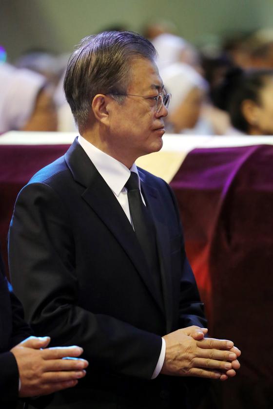 문재인 대통령이 31일 오전 부산 수영구 남천성당에서 열린 모친 故 강한옥 여사의 발인 미사를 하고 있다. 청와대사진기자단