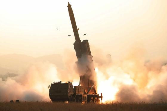 북한이 31일 평남 순천에서 초대형 방사포를 발사하고 있다. [사진 노동신문]