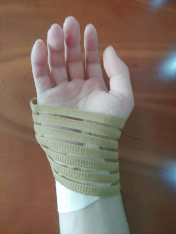 로스쿨 학생 C씨가 오른손에 손목보호대를 한 모습. 변호사시험과 모의고사, 로스쿨 중간고사와 기말고사 모두 손으로 적어야 하기 때문에 상당수 로스쿨 학생들이 손목 통증을 참지 못하고 손목보호대를 한다. 박지영 인턴기자
