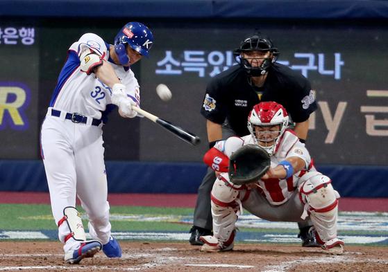 야구대표팀 김재환이 1일 고척스카이돔에서 열린 푸에르토리코와의 평가전에서 5회 투런포를 날리고 있다. [연합뉴스]