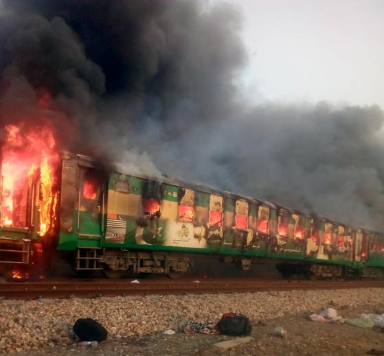 파키스탄 열차서 계란 삶다 ... 최소 70명 사망