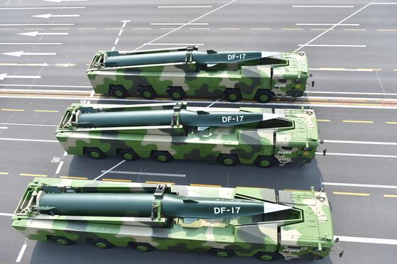 """중국이 실전에 배치한 극초음속 활강비행체인 둥펑-17 미사일이 중국 천안문 앞을 지나고 있다. 중국 CC-TV는 6일 메인 뉴스에서 """"중단거리 재래식 탄도 미사일의 세대를 교체한 차세대 주력 장비라고 평가했다. [신화사]"""