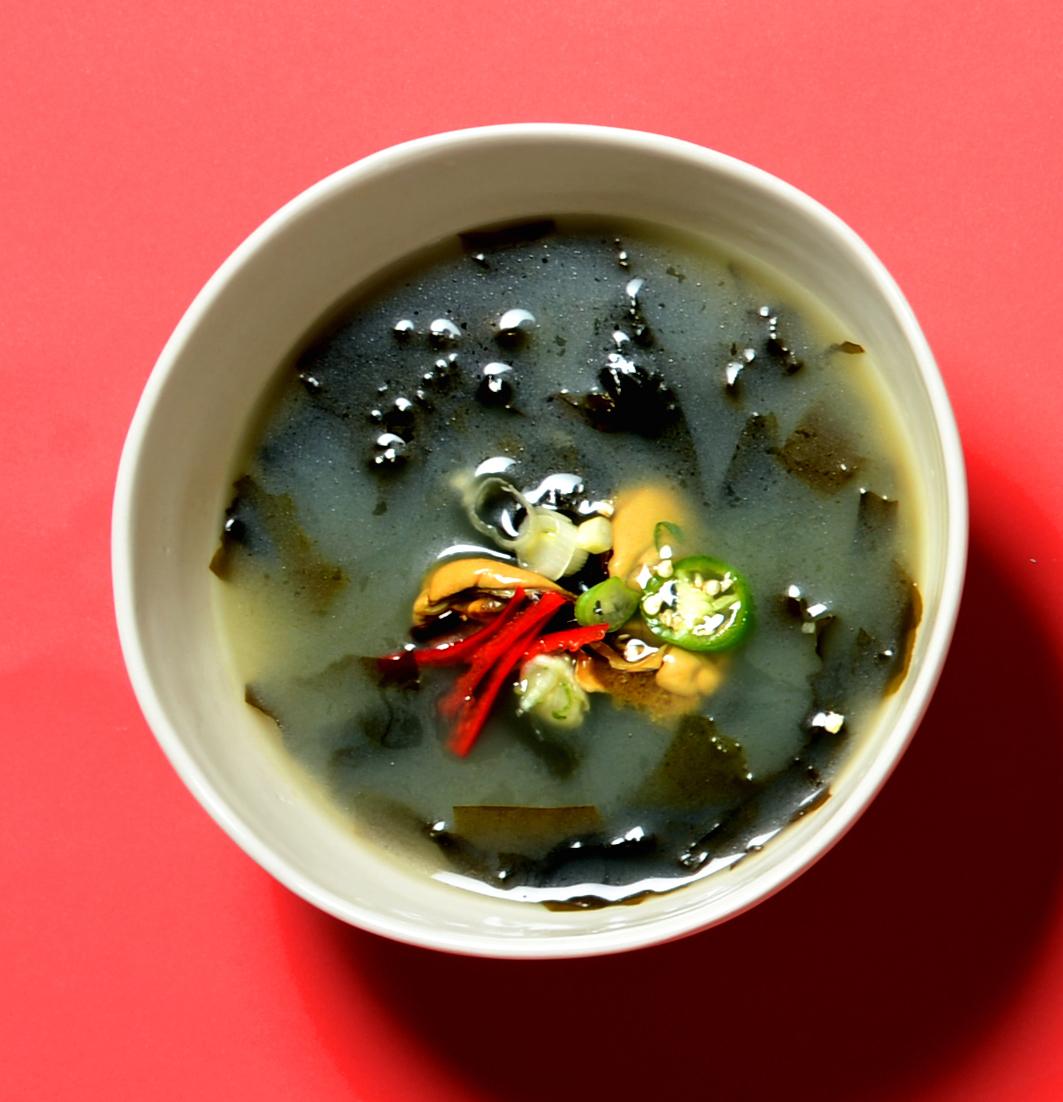 산후 조리의 대표 음식인 미역국. [중앙포토]