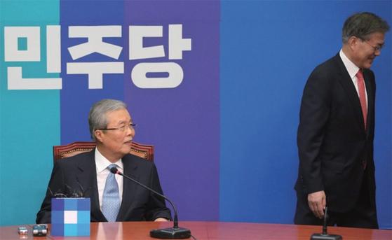 2016년 제20대 총선을 앞두고 문재인 당시 더불어민주당 대표(오른쪽)는 김종인 전 의원을 비상대책위원장으로 영입했다. [중앙포토]