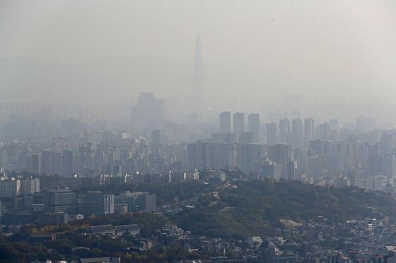 전국 곳곳에 미세먼지가 농도가 '나쁨' 수준을 보인 1일 오후 송파구 일대가 뿌연 먼지로 뒤덮여 있다. [연합뉴스]