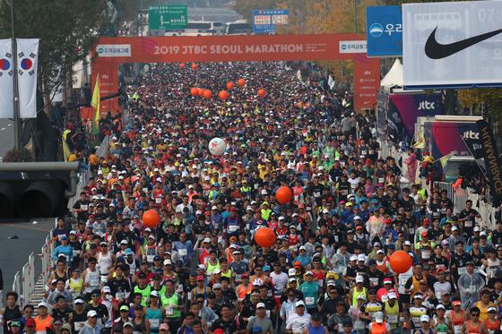 '2019 JTBC서울마라톤대회'가 3일 서울 잠실과 여의도 일대에서 열렸다. 풀코스 참가자들이 출발하고 있다. 오종택 기자