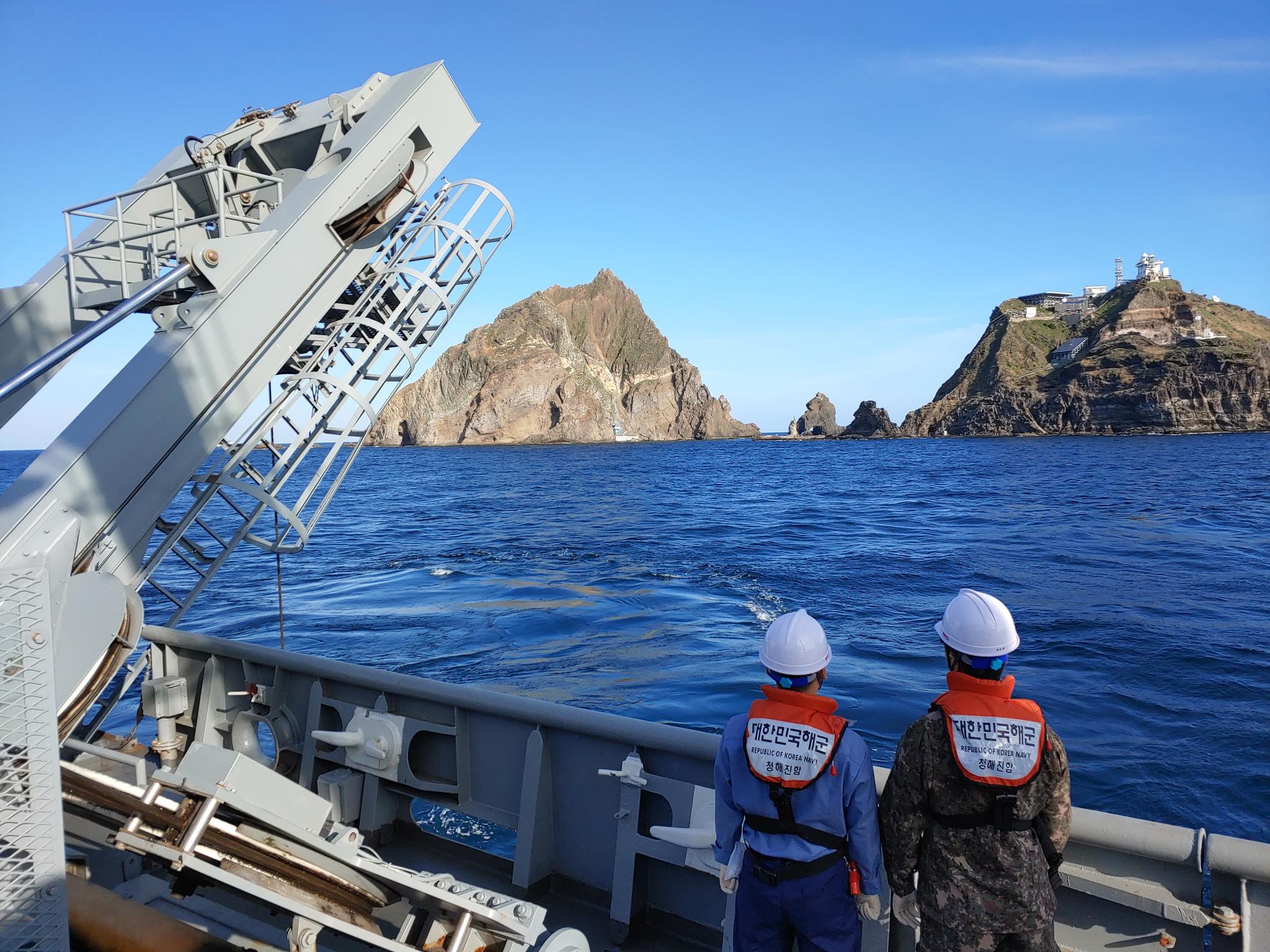 2일 독도 근해에서 해군 청해진함이 지난 31일 응급환자 이송 중 추락한 소방헬기를 수색하기 위해 수중무인 탐색을 하고 있다. [사진 해양경찰청]