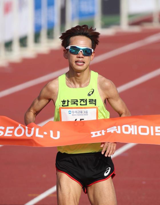 3일 열린 2019 JTBC 서울마라톤 엘리트 국내 남자 1위에 오른 신현수. 오종택 기자