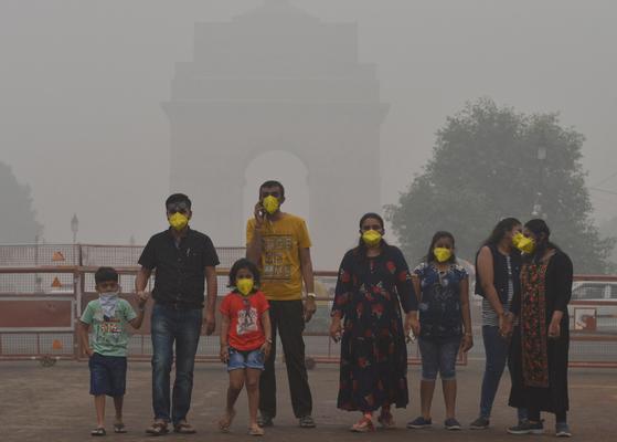인도 뉴델리 시민들이 3일(현지시간) 마스크를 착용하고 시내 거리를 걷고 있다. [신화사=연합뉴스]