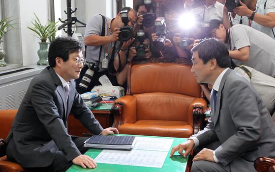 2015년 5월 28일 유승민(왼쪽) 당시 새누리당 원내대표와 이종걸 새정치민주연합 원내대표가 협상을 벌이고 있다. [중앙포토]