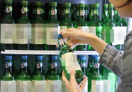 정부가 소주병 등 술병에 여성 연예인 사진으로 광고하는 걸 금지하는 쪽으로 규제를 검토하고 있다. [연합뉴스]