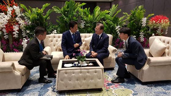 문재인 대통령과 아베 신조 일본 총리가 4일 오전(현지시간) 방콕 임팩트포럼에서 열린 아세안+3 정상회의에 참석하기 전 사전환담을 갖고 있다. [사진 청와대]