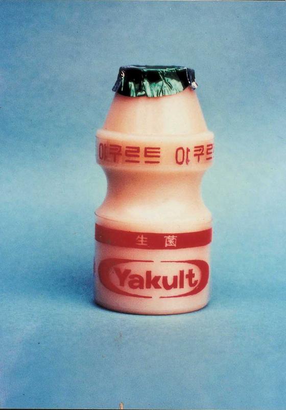 1971년 국내 첫 선을 보인 야쿠르트 제품. 출시 6년 만인 77년엔 하루 판매량이 100만병을 넘어서며 국민 간식으로 자리매김했다. [사진 한국야쿠르트]