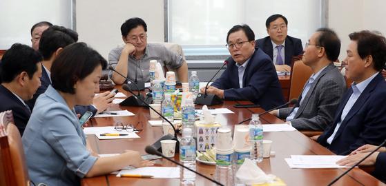 지난 6월25일 국회 행정안전위원회 법안 심사소위원회에서 이채익 자유한국당 의원이 발언하고 있다. 이날 소위에서는 소방직 국가직화에 대한 논의가 이어졌다. [뉴스1]
