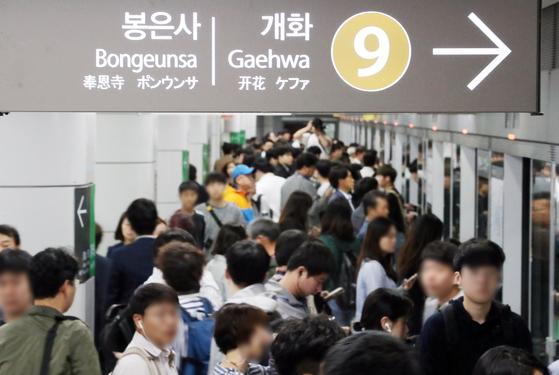 지난달 7일 지하철 9호선 노조가 부분파업을 한 가운데 서울 송파구 지하철 9호선 종합운동장역에서 시민들이 열차를 기다리고 있다. [뉴스1]