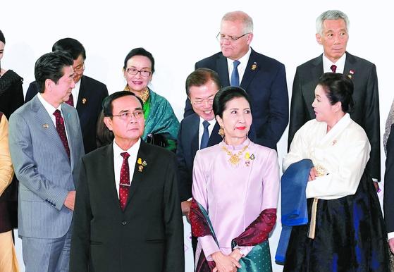 나란히 선 문 대통령과 아베 총리