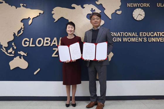 김미량 경인여대 글로벌인재처장과 정차식 GIS-위해공상외국어학교 이사장이 협약 후 기념촬영을 하고 있다.