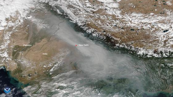 지난 달 31일 위성이 촬영한 인도 뉴델리의 대기 상황. [AFP=연합뉴스]