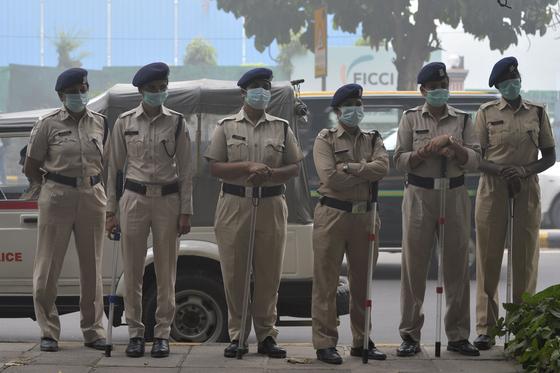 인도 경찰이 3일 (현지시간) 거리에서 시위를 막기 위해 서 있다. [AFP=연합뉴스]
