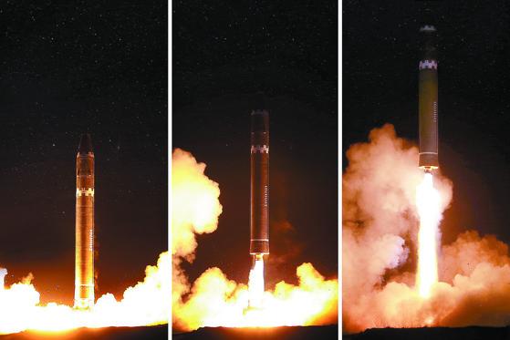 북한이 2017년 11월 미국 본토를 타격 목표로 하는 대륙간탄도미사일(ICBM) 화성-15 시험발사에 성공했다며 공개했던 사진. 북한은 2018년 1차, 올해 2월 2차 북미 정상회담 후엔 미국을 바로 자극할 ICBM 급 미사일은 시험발사하지 않고 있다.  [조선중앙통신=연합뉴스]