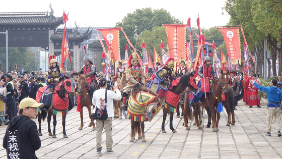 지난달 26일 중국 한족의 전통 복장인 한푸(漢服) 축제인 제7회 시탕 한푸 문화제가 개막했다. 개막행사 '왕조카니발'의 선두 대열인 무사복장의 기마대가 행사를 기다리고 있다. 주최측은 명나라 황제의 행차를 그린 '출경입필도(出警入?圖)'를 재현했다고 밝혔다. 사진=장창관 프리랜서