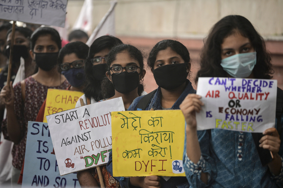 인도 뉴델리 시민들이 3일(현지시간) 거리에서 정부의 대기오염 억제 조치를 요구하며 시위를 벌이고 있다. [AFP=연합뉴스]