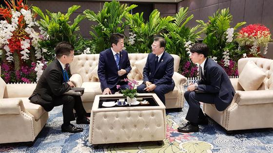 문재인 대통령과 아베 신조 일본 총리가 4일 오전(현지시간) 태국 방콕 임팩트포럼에서 아세안 3 정상회의 전 환담을 하고 있다. [사진=청와대]