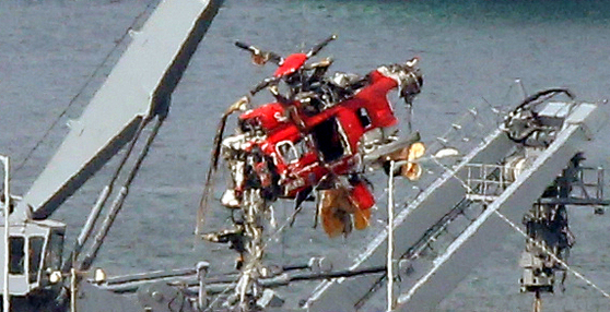 4일 경북 포항신항 해군부두에 세워진 청해진함에서 해군 측이 독도에서 추락해 인양한 소방헬기 동체를 특수차로 옮기고 있다. [연합뉴스]