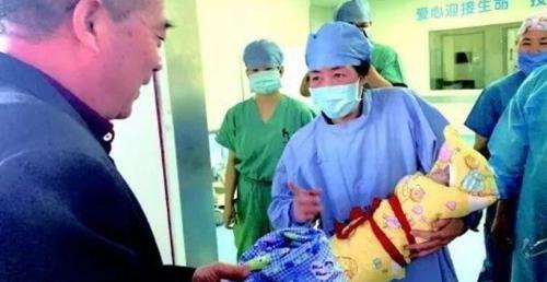68세에 아이 아빠가 된 중국인 황모씨. [연합뉴스]