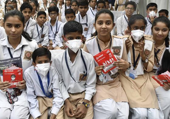 1일 인도 뉴델리의 한 학교 학생들이 마스크를 착용하고 앉아 있다. [EPA=연합뉴스]