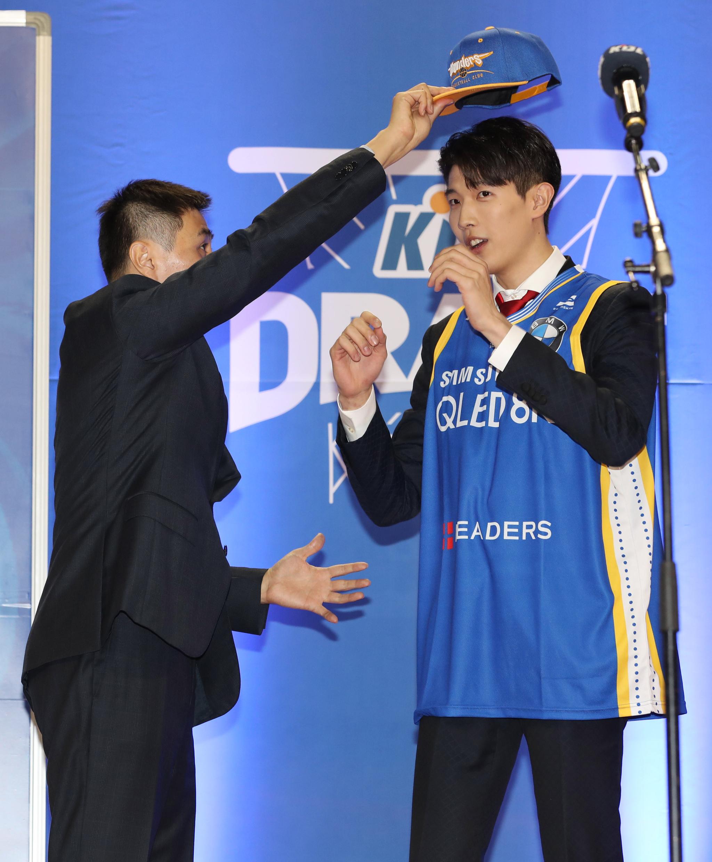 김유택의 아들인 김진영이 4일 잠실학생체육관에서 열린 신인드래프트에서 1라운드 3순위로 서울 삼성에 지명됐다. 삼성의 이상민 감독이 축하해주고 있다. [뉴스1]