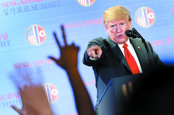 """도널드 트럼프 미국 대통령이 지난해 6월 12일 싱가포르 카펠라 호텔에서 기자회견을 하고 있다. 그는 이 자리에서 """"미군을 (한국에서) 빼고 싶다. 하지만 지금은 아니다""""라고 말했다.       [AP=연합뉴스]"""